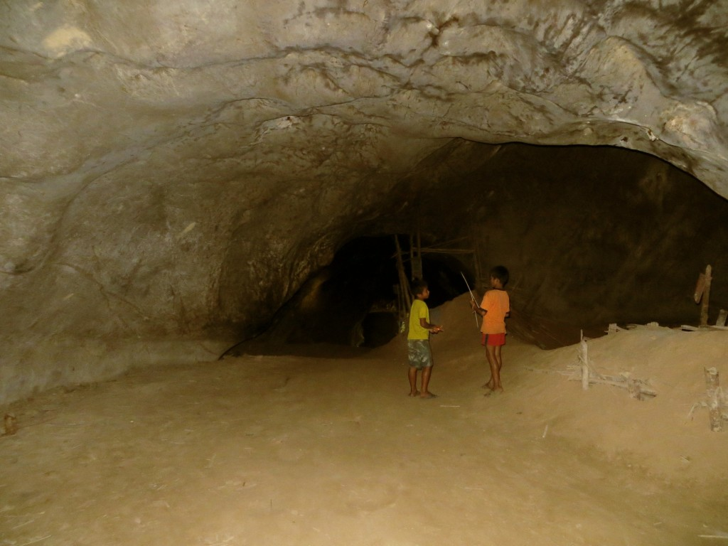 Travel Laos Nong Khiaw cave